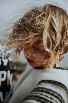 Una joven de pelo rizado