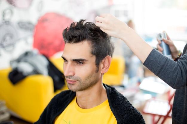 Joven en peluquería