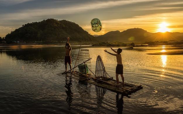 Joven pescador en acción cuando pesca en el lago