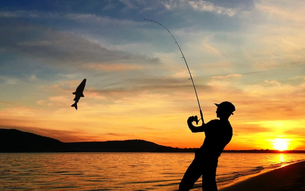 Joven pescando en un lago al atardecer