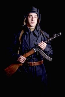 Joven piloto de tanques soviéticos con su arma