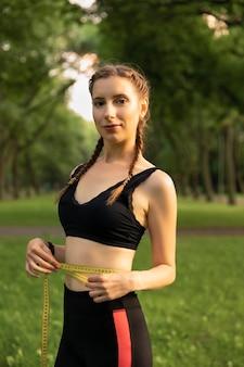 Una joven practica deportes en la naturaleza.