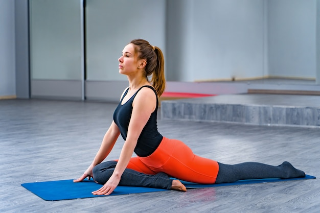 Joven practicando yoga.