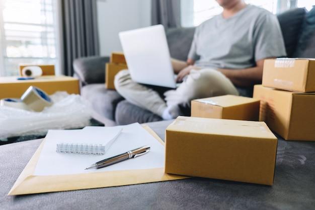 Un joven recibió un paquete de compras en línea abriendo cajas y comprando artículos con tarjeta de crédito