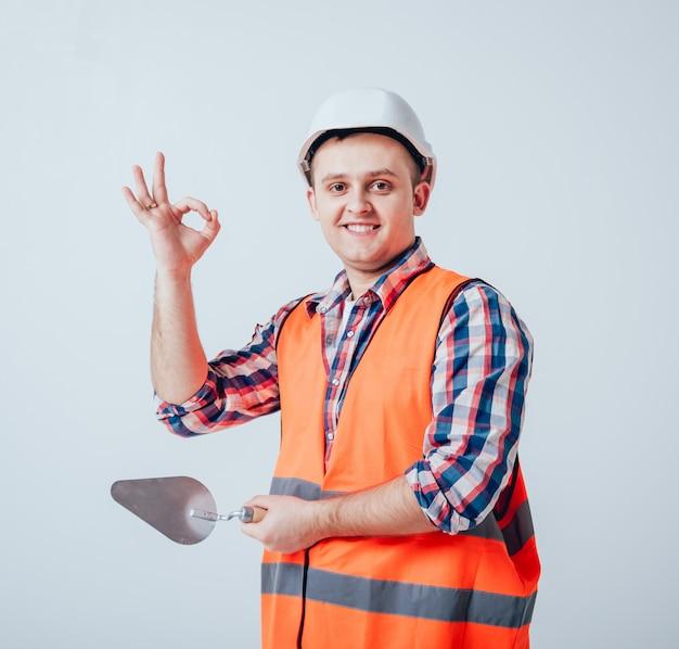 El joven reparando su casa.