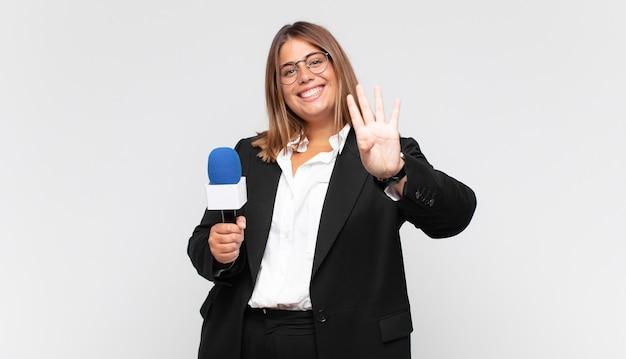Joven reportera sonriendo y mirando amistosamente, mostrando el número cuatro o cuarto con la mano hacia adelante, contando hacia atrás