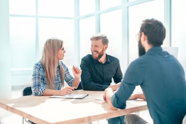Joven respondiendo preguntas de los gerentes durante una entrevista