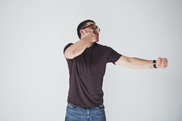 Un joven con ropa casual se golpeó el puño en la cara.