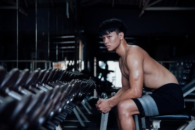 Joven en ropa deportiva una clase de ejercicios en un gimnasio