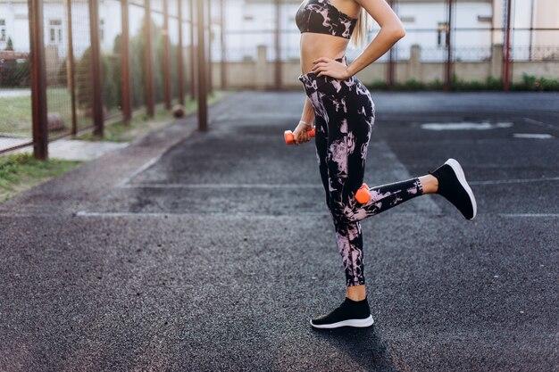 Joven rubia belleza fitness sexy chica caucásica al aire libre. concepto de estilo de vida saludable y activo