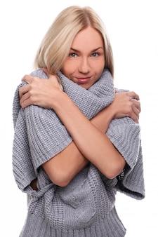 Joven rubia cubriéndose con un suéter