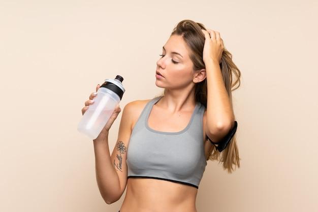 Joven rubia deporte chica con botella de agua deportiva