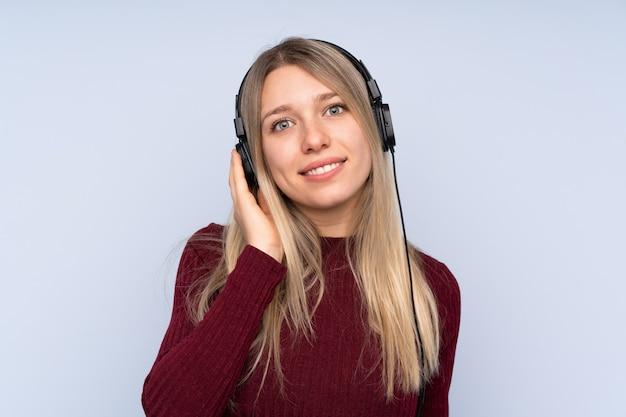 Joven rubia escuchando música