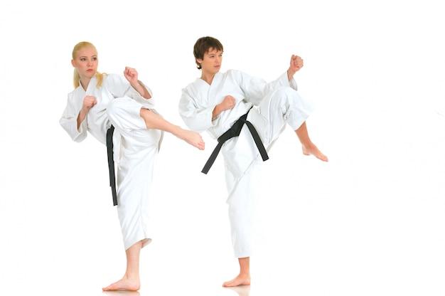 Joven rubia fuerte y el tipo de karate picante