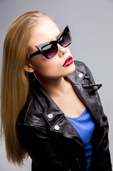 Joven rubia en otoño ropa casual, chaqueta de cuero negro