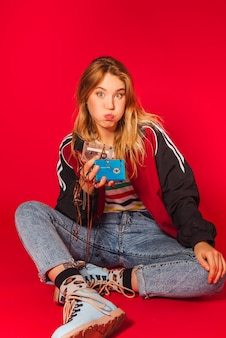 Joven rubia en ropa de estilo retro de los 90