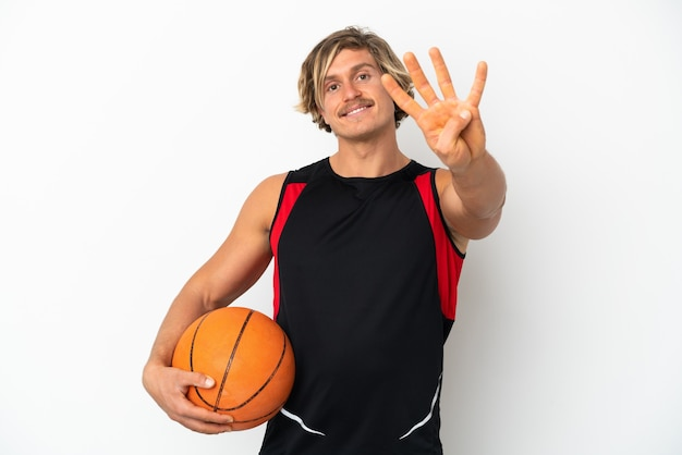 Joven rubia sosteniendo una pelota de baloncesto aislado en blanco feliz y contando cuatro con los dedos