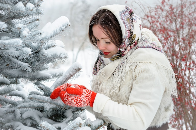 Joven rusa en el parque de invierno