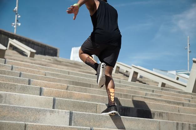 Joven, saltar escaleras