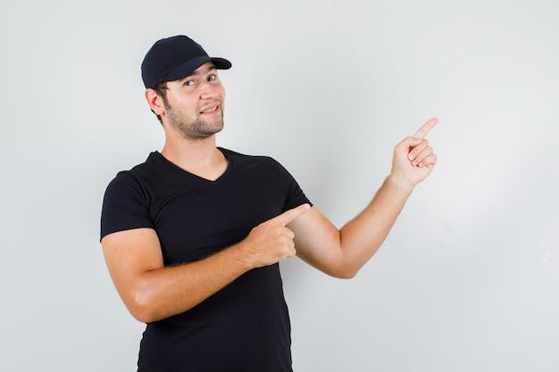 Joven, señalar con el dedo, a, lado, en, camiseta negra