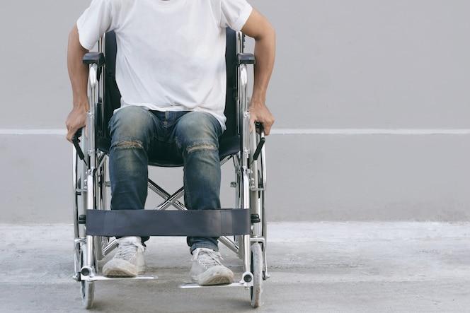 Joven sentado en una silla de ruedas. enfoque selectivo