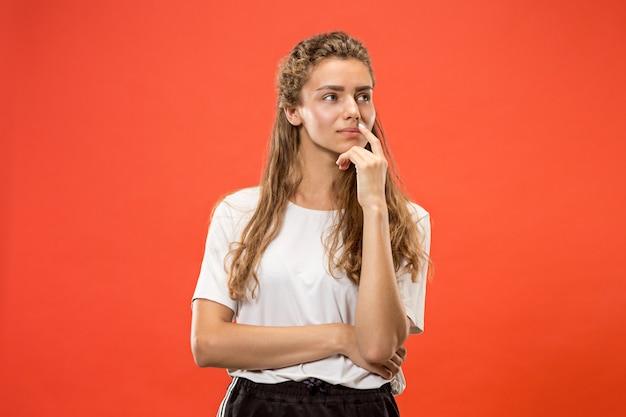 Joven seria mujer pensativa. concepto de duda