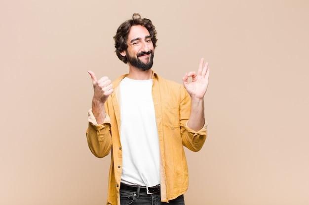 Joven se siente feliz y satisfecho mostrando bien y pulgares arriba gestos