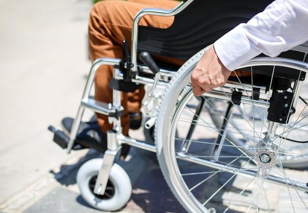 Un joven en silla de ruedas que no puede bajar las escaleras.