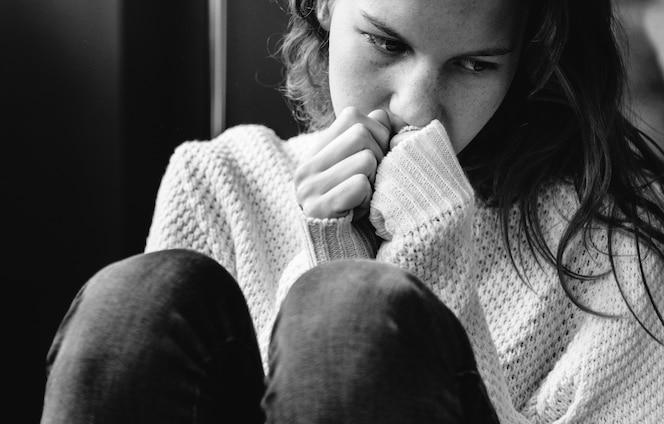 Joven sola chica sintiéndose triste