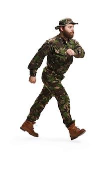 Joven soldado del ejército vistiendo uniforme de camuflaje aislado en blanco