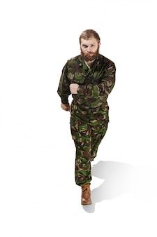 Joven soldado del ejército vistiendo uniforme de camuflaje