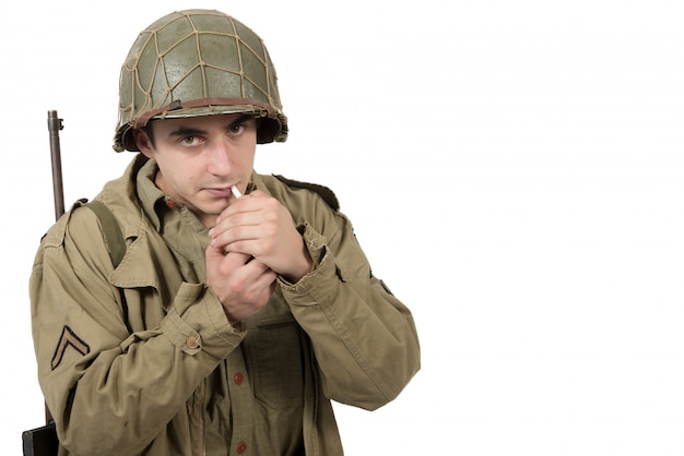 Joven soldado estadounidense fuma cigarrillo, la segunda guerra mundial