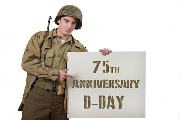 Joven soldado estadounidense muestra un cartel.