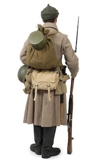 Joven soldado soviético con rifle en blanco
