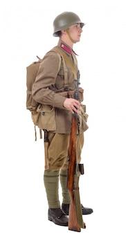 Joven soldado soviético con rifle
