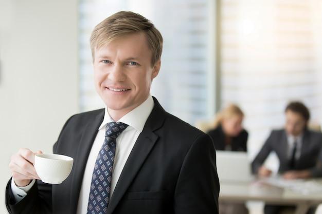 Joven, sonriente, hombre de negocios