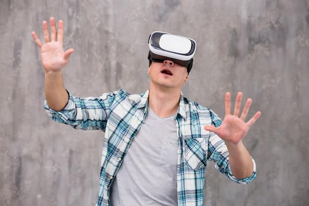 Joven sorprendido en casco de realidad virtual