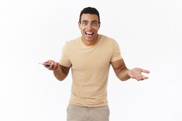 Un joven sorprendido y emocionado acaba de ganar una competencia en línea