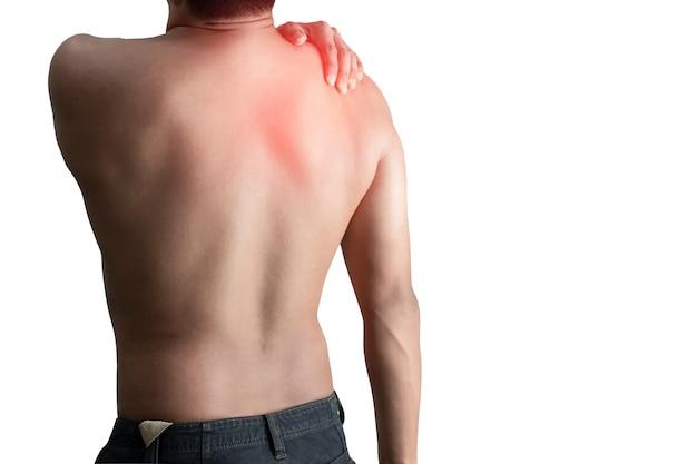 Joven sosteniendo la columna vertebral del hueso del dolor de espalda sobre una superficie blanca