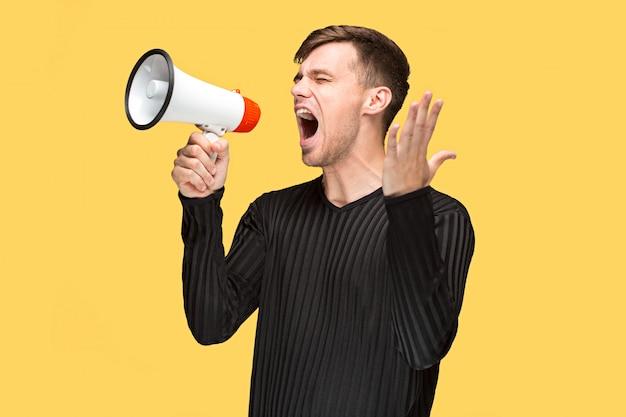 El joven sosteniendo un megáfono