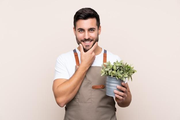 Joven sosteniendo una planta en su mano