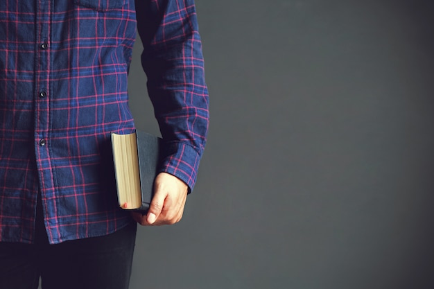 Joven sosteniendo la santa biblia. libro, lectura, biblia. espacio de copia