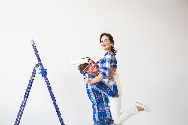Joven sostiene a la mujer joven en sus brazos durante la renovación