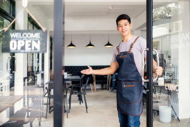 Joven startup café owener abierto y bienvenido al cliente.