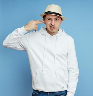 Joven en un suéter blanco con sombrero