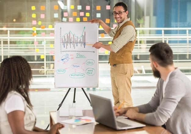 Joven talentoso está mostrando proyecto de plan de negocios.
