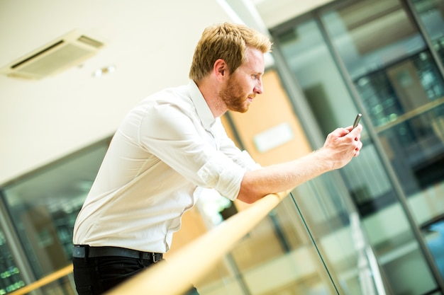 Joven con teléfono móvil