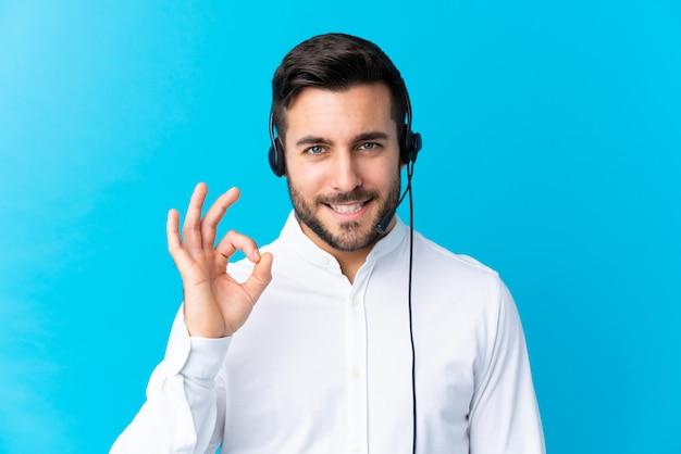 Joven telemarketer hombre sobre pared aislada