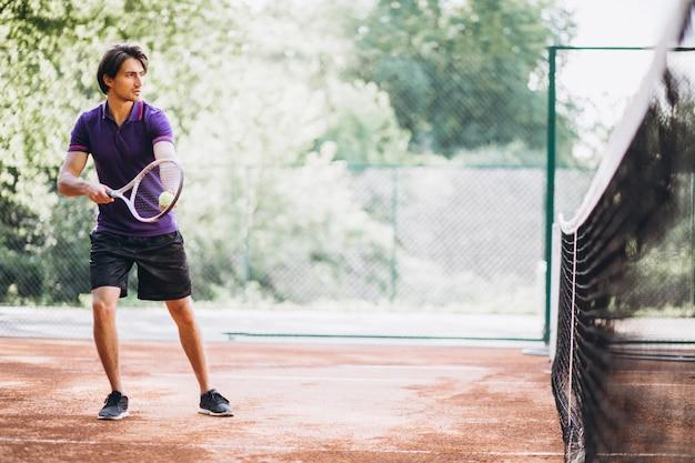 Joven tenista en la cancha