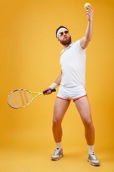 Joven tenista concentrado